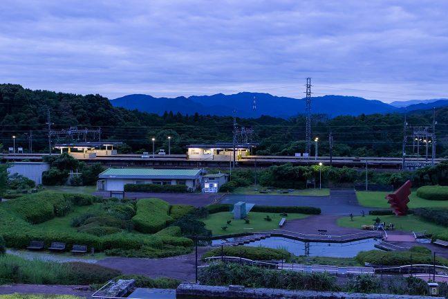 四季の里が目の前にあり、公園の玄関口のような東青山駅