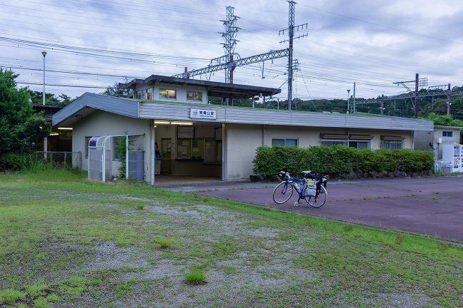 駅舎は無人化されており、常駐する係員はホーム上の詰め所に控えている