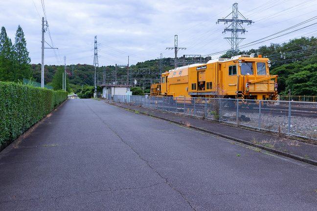 工事用車両を横目に、東青山駅を出発する