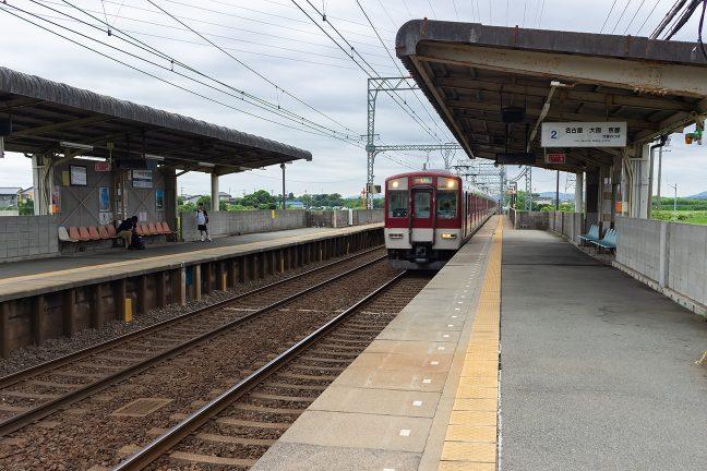 幹線区間にあり、列車の往来は激しい