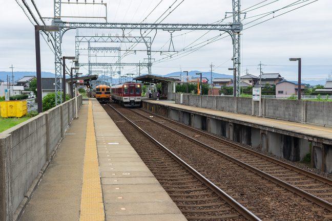 伊勢中原駅で普通列車と特急列車がすれ違う