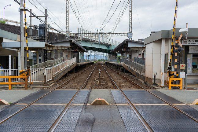 県道が斜めにオーバークロスする松ヶ崎駅に到着