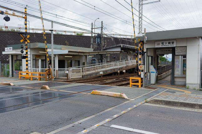 駅は無人化されているが、上下両方に入口がある
