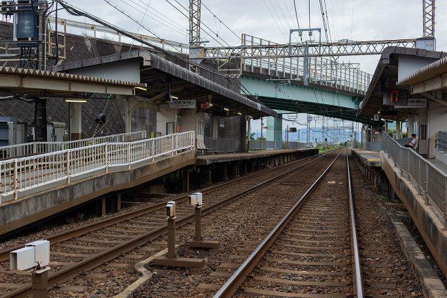 駅を跨ぐ県道は、かつての伊勢電気鉄道の廃線跡である