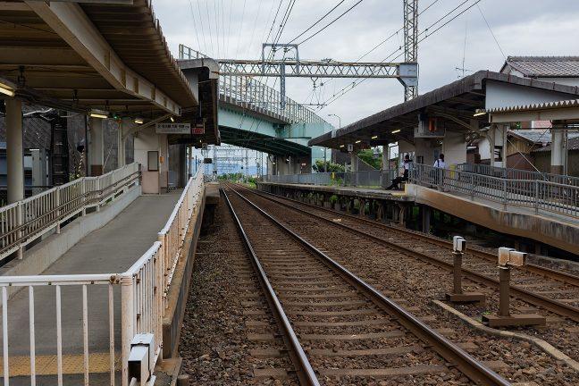 松阪方面に向かう通勤通学客の姿が見られる