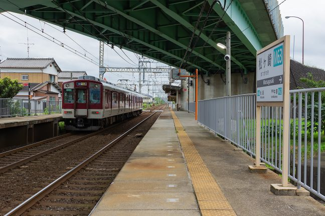 宇治山田行きの普通列車を見送る