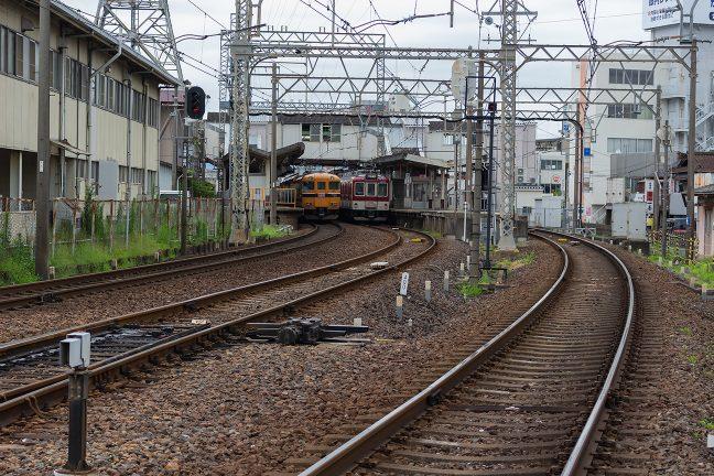 2面3線の駅に列車が頻繁に発着する近鉄の松阪駅