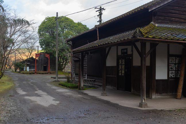 苔むした屋根瓦が歴史を物語る大畑駅舎