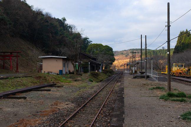 宮地嶽神社の鳥居が駅舎の隣に見える