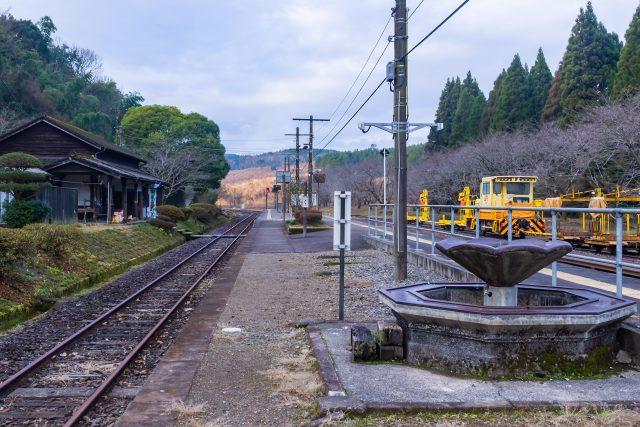 開業以来の歴史を刻む大畑駅の駅舎とホームの水場