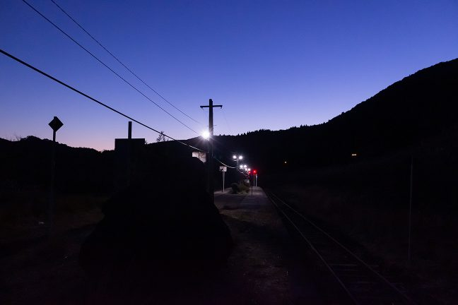 シルエットとなった山並みに見守られる寂寞境に一人佇む