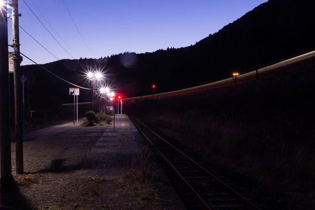 吉松駅に下る列車が光陰となって引上線に入っていった