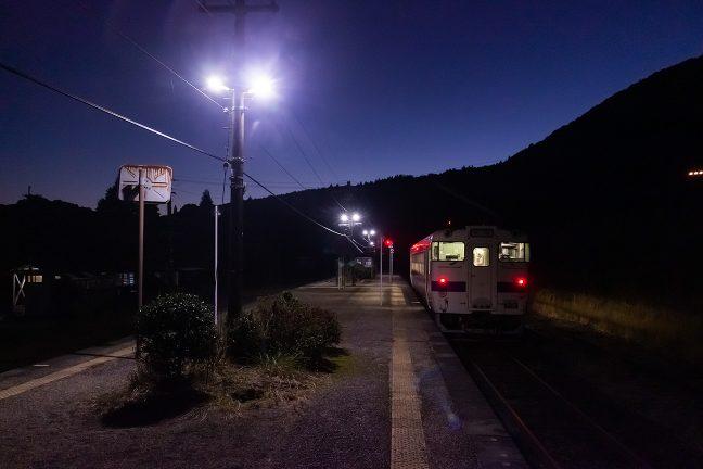 僅かな乗客を乗せてホームに到着した吉松駅行きの普通列車