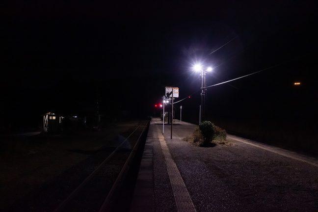 すっかり暮れた真幸駅のホームを一人散策する