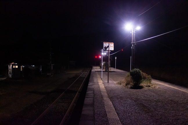 明かりの灯る駅は寂しくも、どこか、ホッとする温かさがある