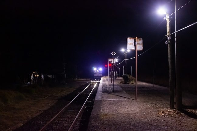 LEDのヘッドライトも誇らしげに人吉駅に向かう普通列車が到着