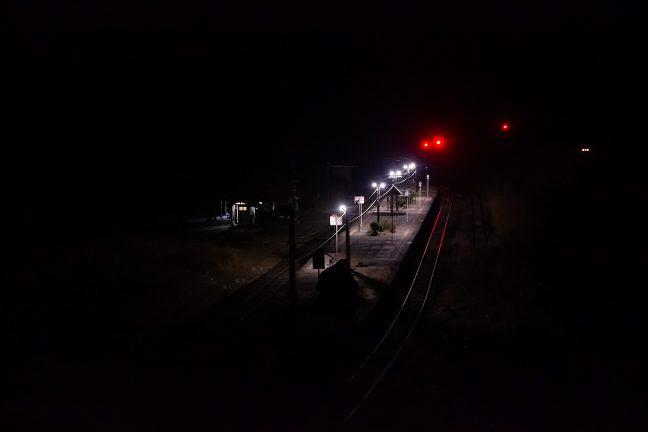 駅の近くの擁壁から見下ろした真幸駅の夜景