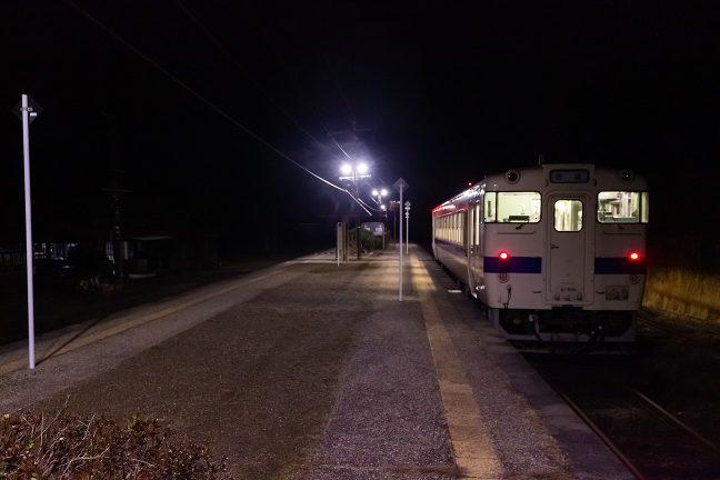 吉松駅に向かって下る最終列車を見送る