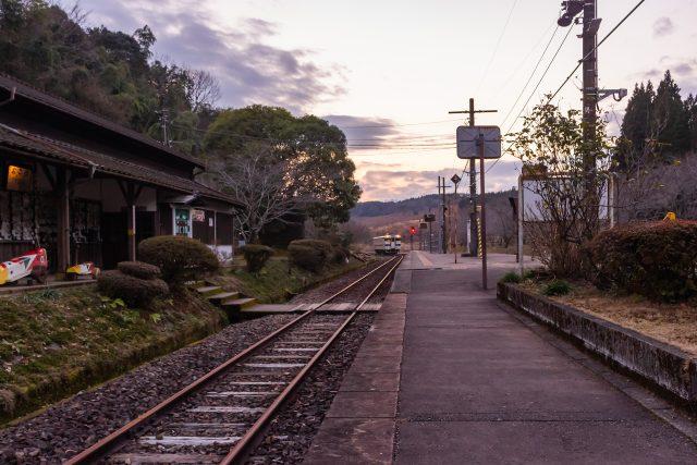 大畑駅に入線する吉松方面への普通列車