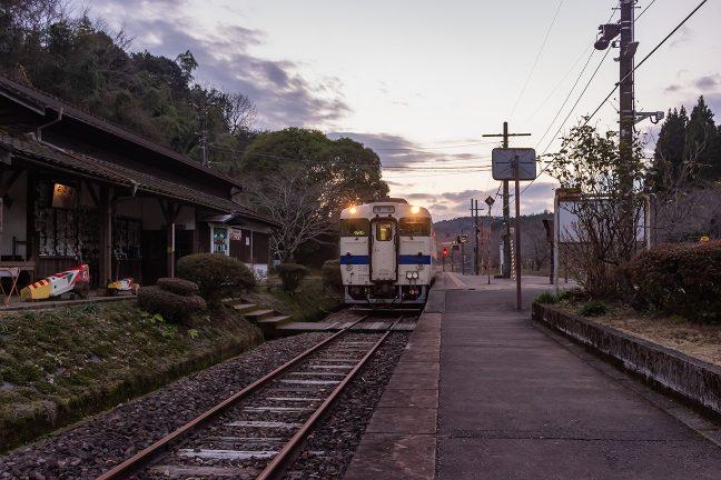 吉松行きの普通列車が入線してきた