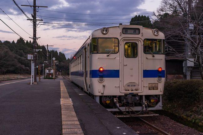大畑駅に停車中の吉松行き普通列車