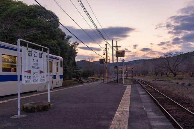 大畑駅で出発を待つ吉松行き普通列車