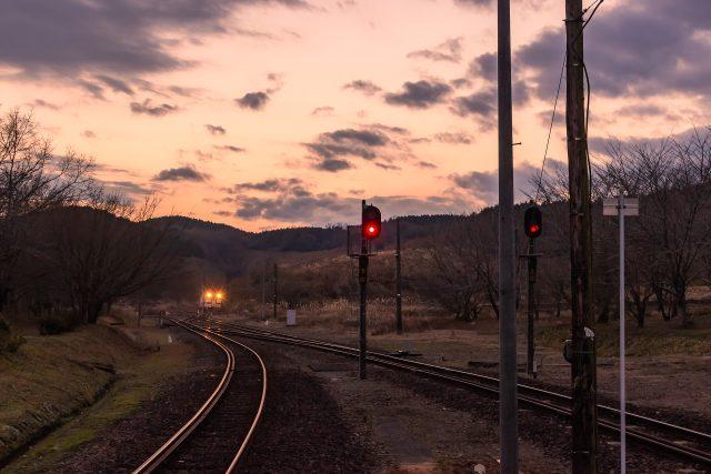 ループ線を通って吉松方面へ出発する普通列車