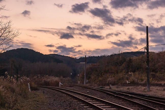 ループ線を回って彼方の丘の中腹に現れた普通列車