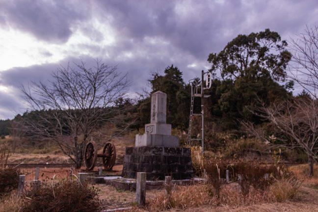 大畑駅構内にある動輪のモニュメントと工事殉職者の慰霊碑
