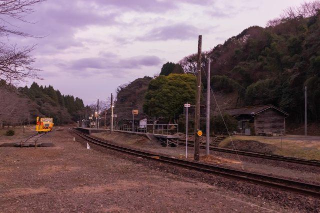 暮色に包まれる大畑駅の情景