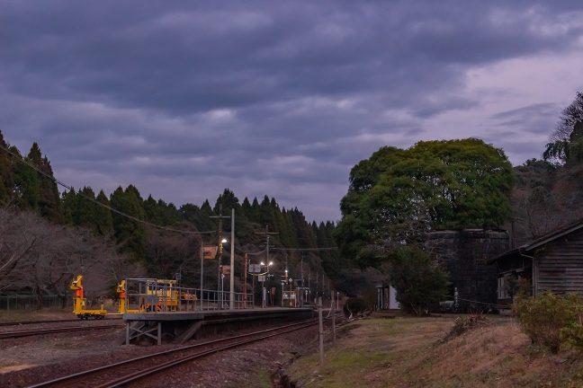 暮色の空の下、明かりが灯り始めた大畑駅