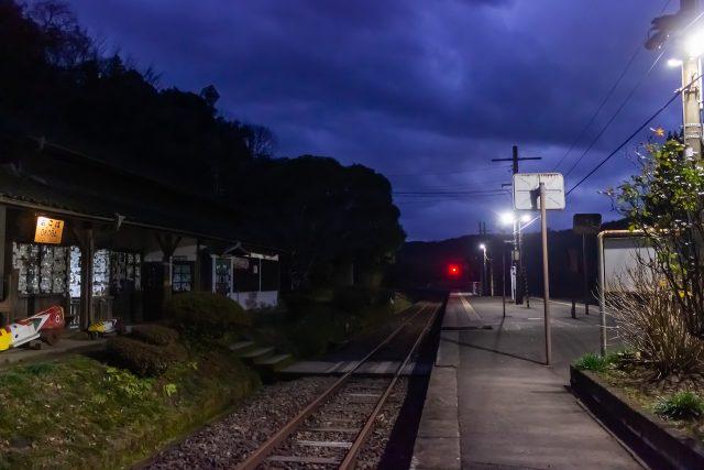 明かりの灯る旅情駅に、一人佇む至福の時間