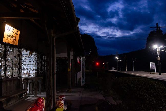 大畑駅舎の傍らから暮れなずむホームを眺める