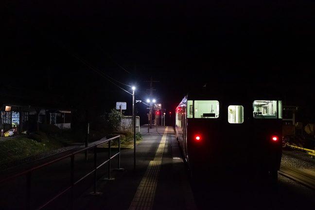 とっぷり暮れた大畑駅で出発を待つ人吉駅行きの普通列車
