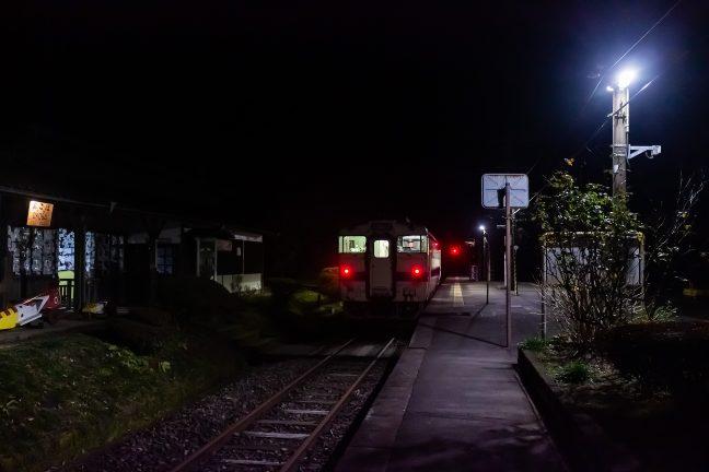 大畑駅に停車中の吉松行きの最終列車