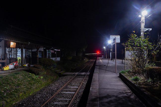吉松駅に向かう最終列車が、軌跡となってループ線に消えていった