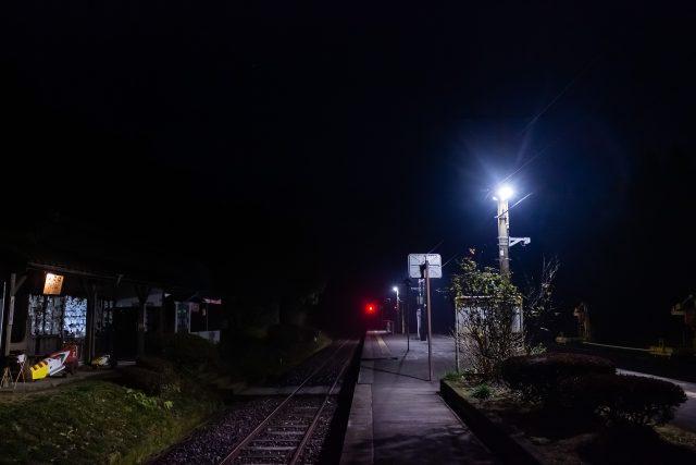 とっぷり暮れた高原の旅情駅に訪れるのは夜の帳ばかり
