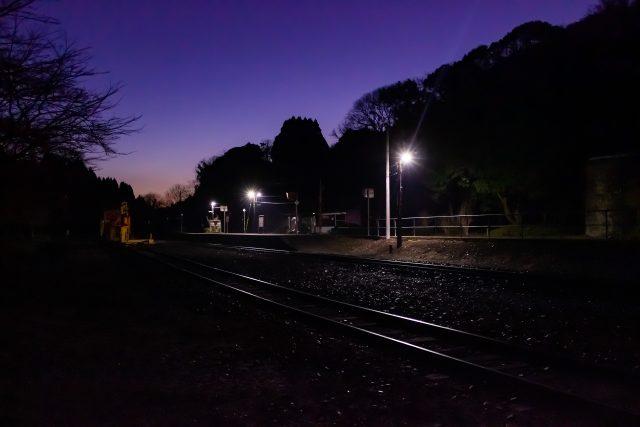 黎明の澄み切った大気の中に佇む大畑駅の情景