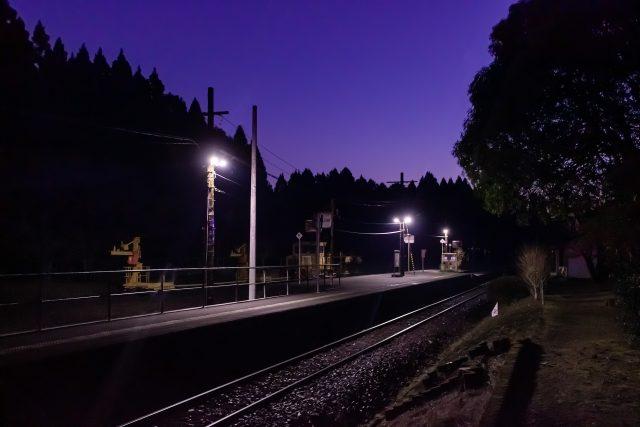 最も旅情駅らしい雰囲気が漂う、日の出前の静謐な時間