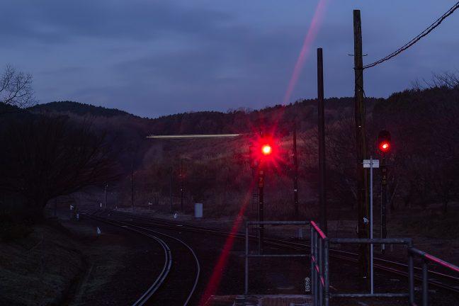 まだ明けぬ中、人吉駅に向かう始発列車が、彼方の丘に姿を見せた