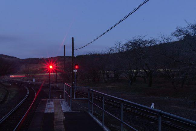 ループ線を下り、引上線に入っていく始発列車の光陰