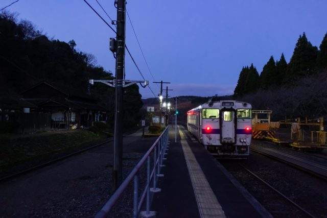 夜明けの大畑駅で出発を待つ人吉行きの始発列車