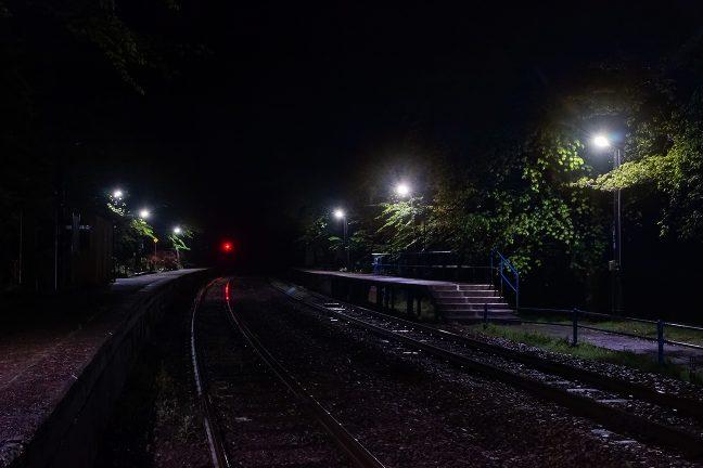 夜の帳だけが駅を訪れる