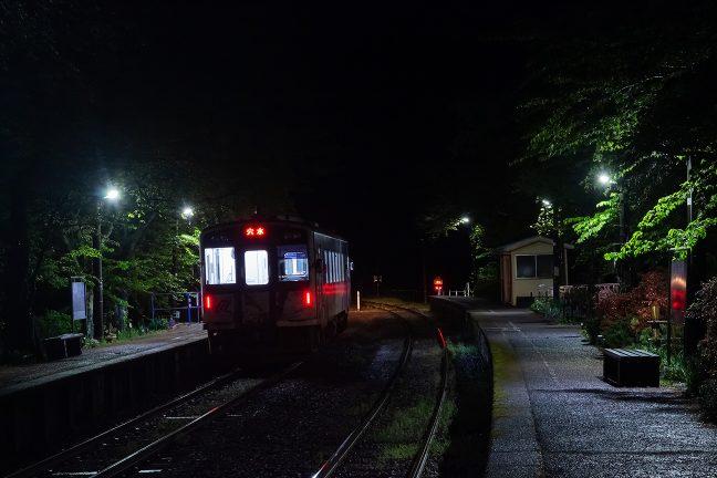 わずかな乗客を乗せた穴水行きの普通列車を見送る