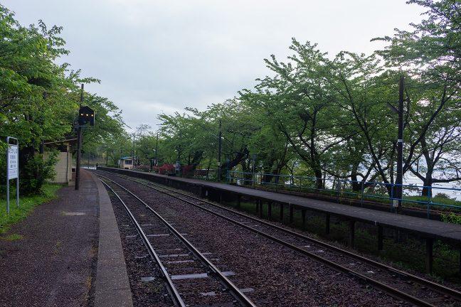 緩やかにカーブした能登鹿島駅のホーム