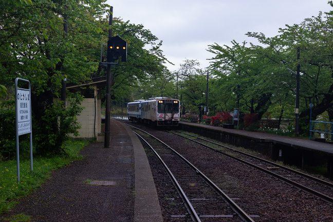 出発間際にやってきた数名の乗客を乗せて出発していく始発列車