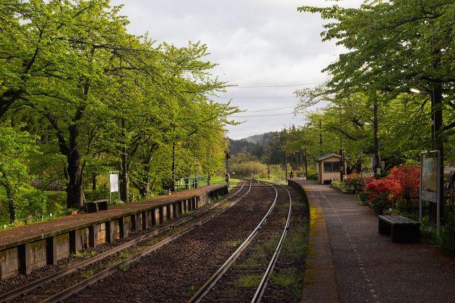 雲の切れ間から日が差し始めた能登鹿島駅