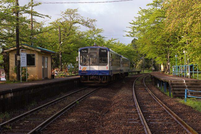 七尾に向けて出発していく普通列車