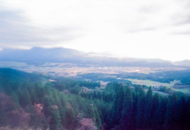 矢岳越えの車窓から望む霧島連山とえびの高原