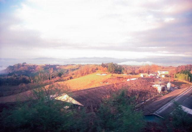 ループ線を行く車窓から見下ろす大畑駅周辺の高原風景